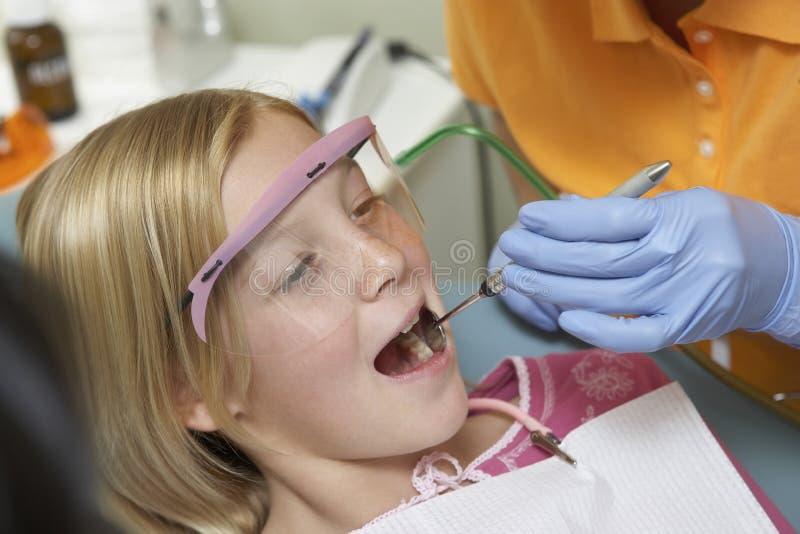 Ragazza che ha denti esaminati alla clinica dentaria fotografia stock