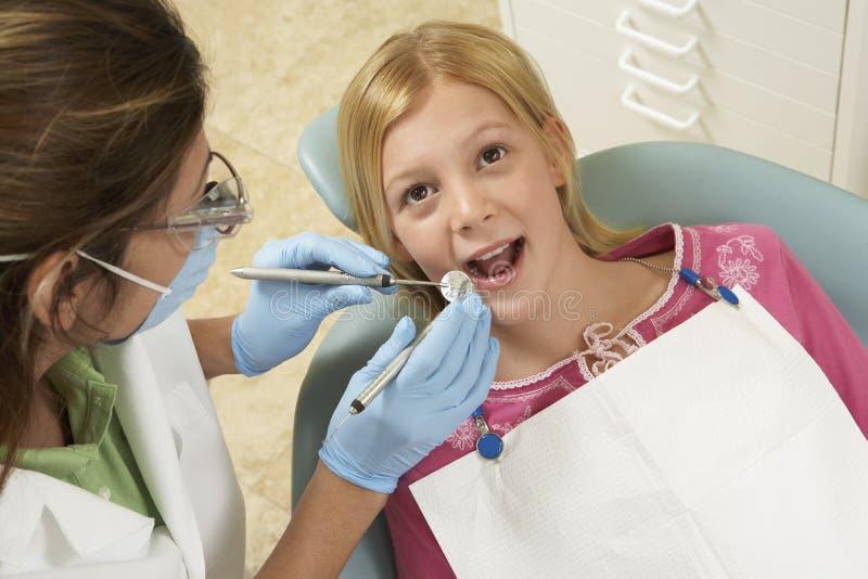 Ragazza che ha denti esaminati alla clinica dentaria immagini stock libere da diritti