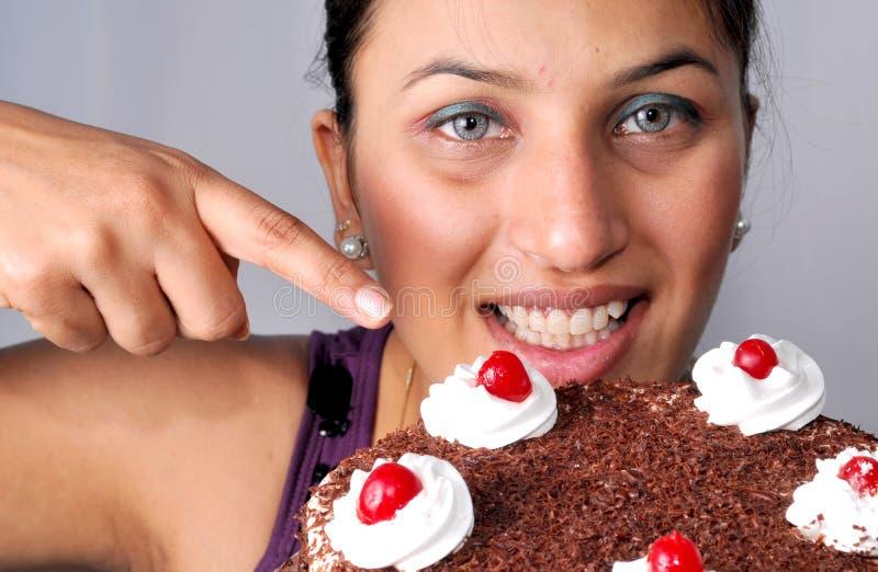Ragazza che indica alla torta immagini stock