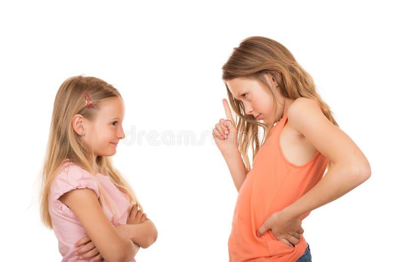 Ragazza che indica dito a sua sorella immagine stock libera da diritti