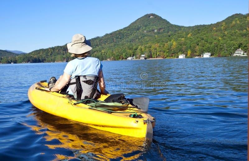 Ragazza che Kayaking fotografia stock libera da diritti