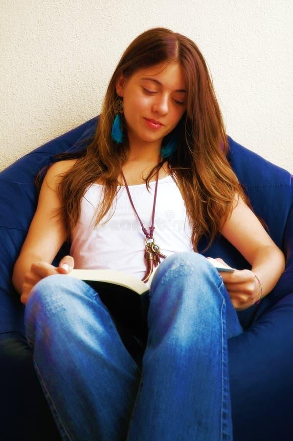 Ragazza che legge un libro fotografie stock