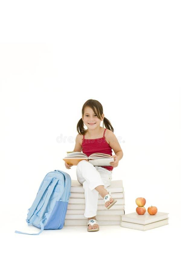 Download Ragazza che legge un libro immagine stock. Immagine di ragazza - 3878689