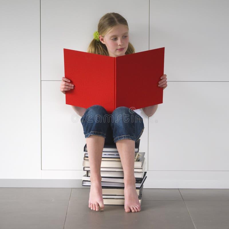 Ragazza che legge un libro emozionante fotografie stock libere da diritti