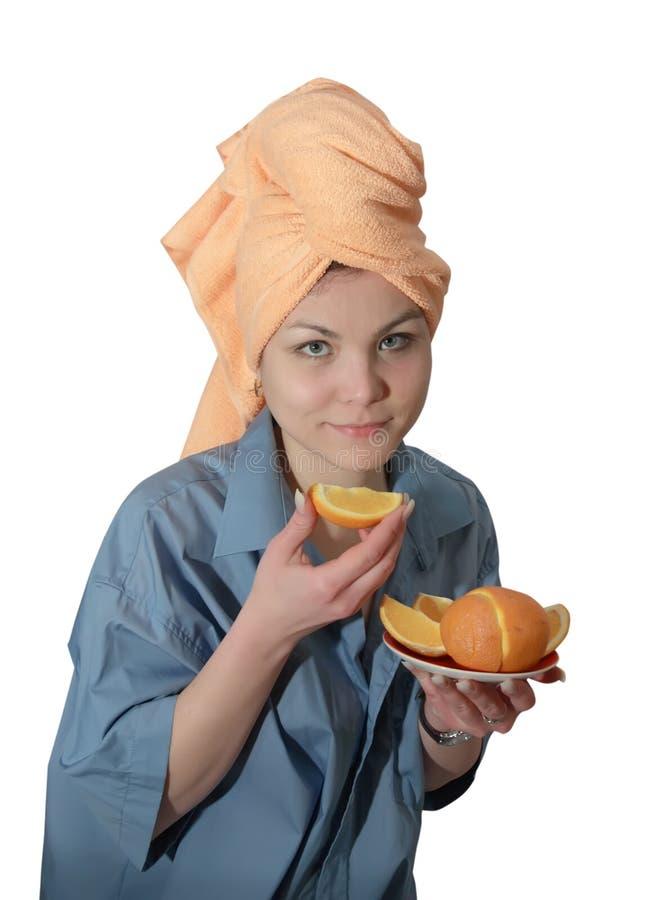 Ragazza che mangia arancio fotografia stock