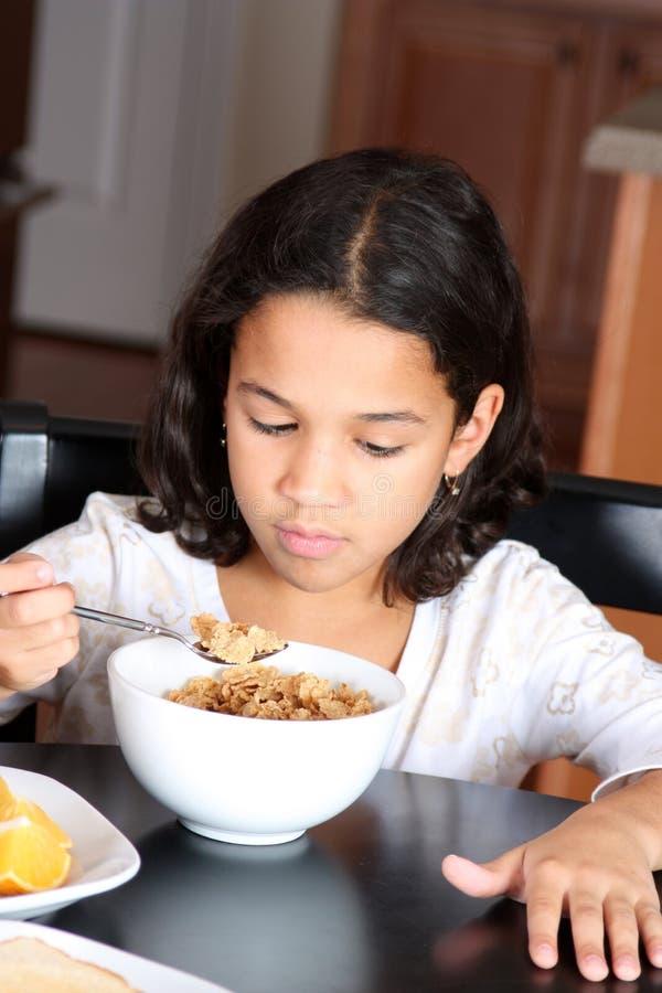 Download Ragazza che mangia cereale fotografia stock. Immagine di consumo - 7312944