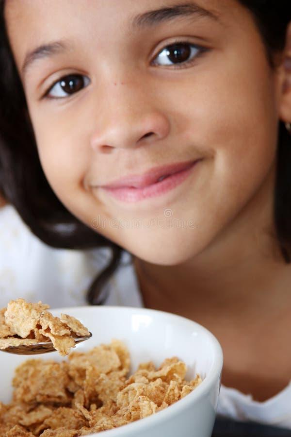 Download Ragazza che mangia cereale immagine stock. Immagine di dieta - 7313133