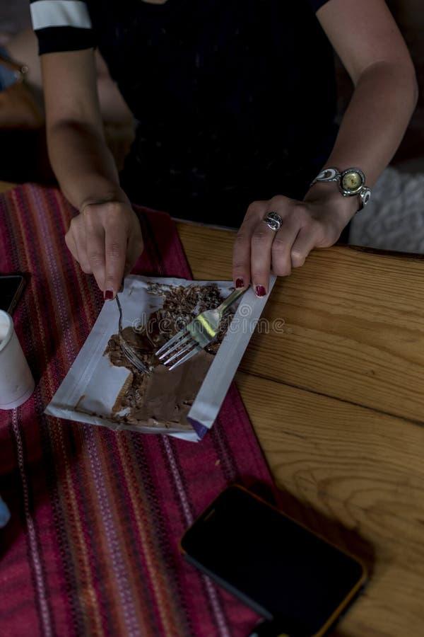 Ragazza che mangia cioccolato fuso con una forcella immagini stock