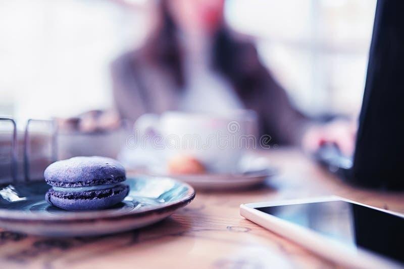 Ragazza che mangia i dolci di caffè fotografie stock