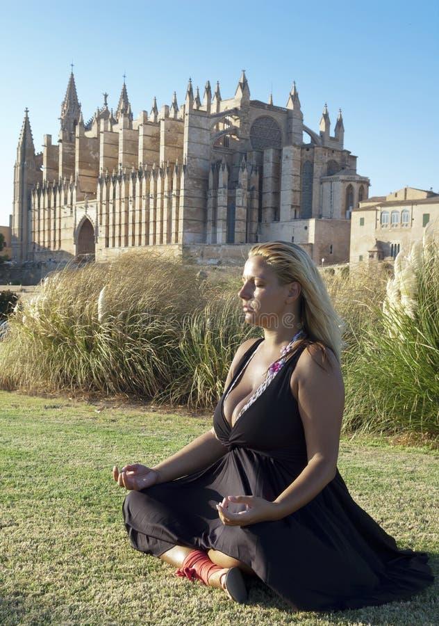 Ragazza che meditating nella sosta della città fotografia stock
