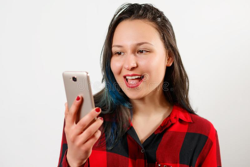 Ragazza che ondeggia sullo Smart Phone mentre durante la video chiamata isolata su fondo bianco fotografie stock
