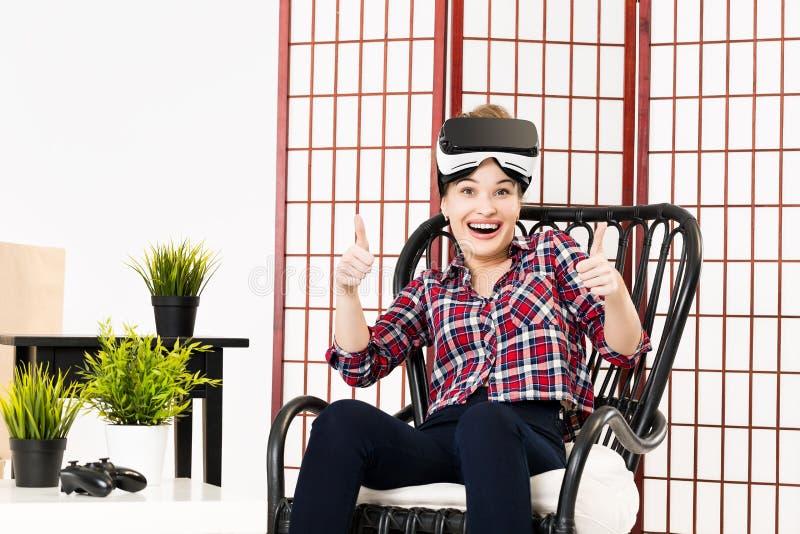Ragazza che ottiene esperienza facendo uso dei vetri di VR di realtà virtuale fotografia stock libera da diritti
