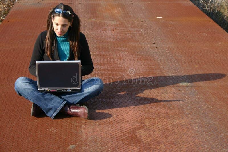 Ragazza che per mezzo del computer portatile immagini stock libere da diritti