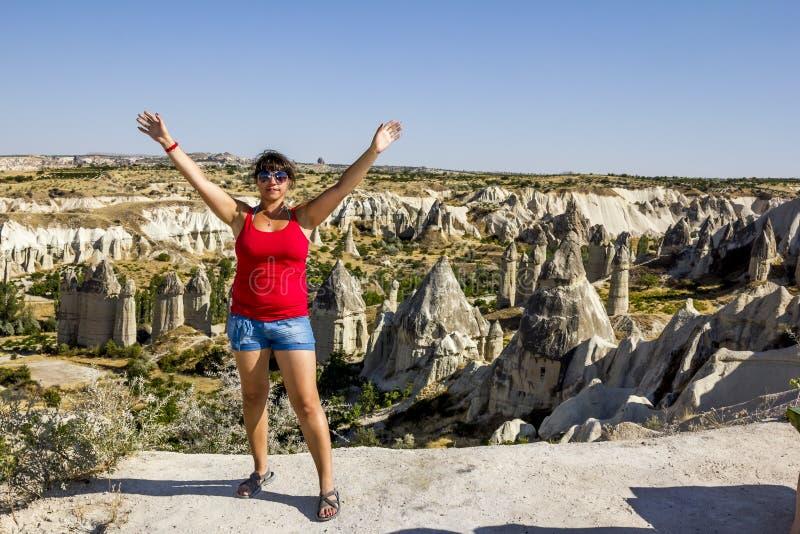 Ragazza che posa sopra una scogliera in Cappadocia, Turchia immagine stock