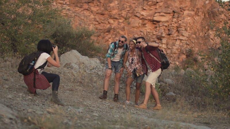 Ragazza che prende foto degli amici mentre viaggiando immagini stock