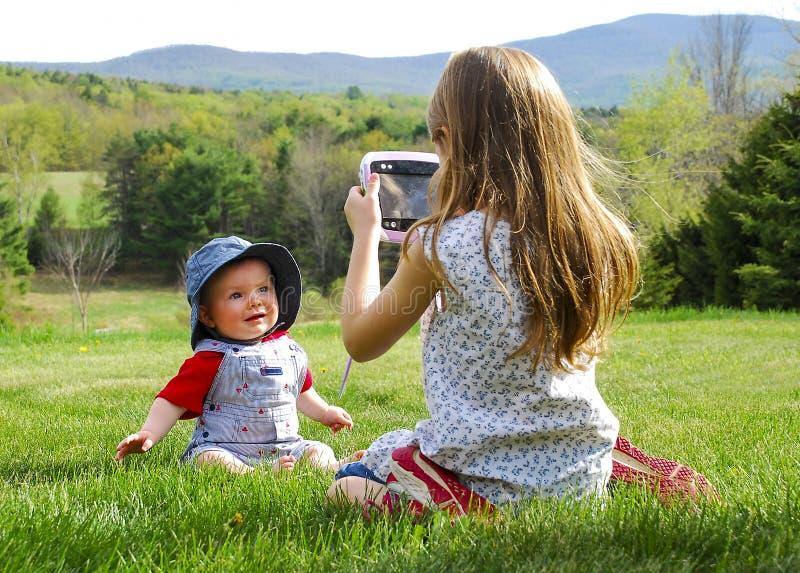 Ragazza che prende foto del bambino immagini stock libere da diritti