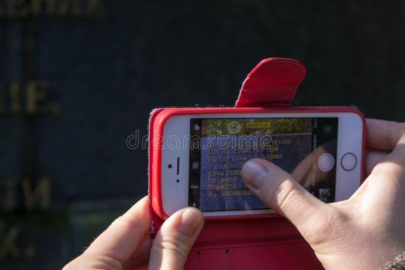 """Ragazza che prende foto dell'estratto da poesia """"di sogno """"di Taras Shevchenko su Taras Hill Chernecha Hor fotografie stock"""