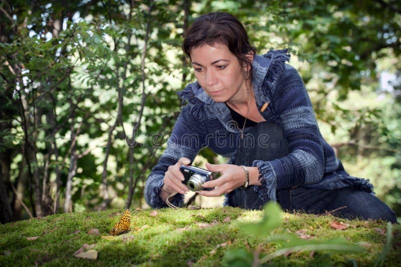Ragazza che prende le immagini della natura nella foresta sulla grande pietra con muschio fotografia stock libera da diritti