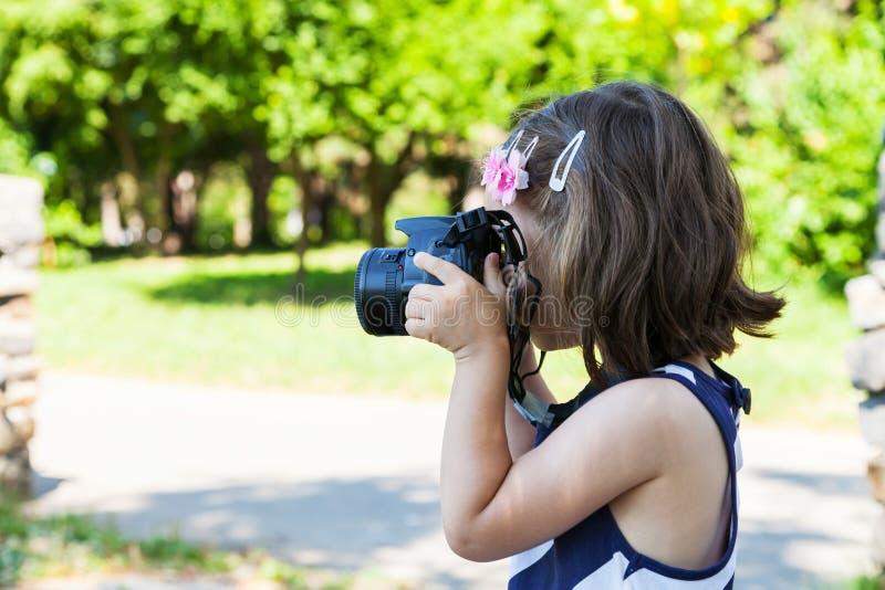 Ragazza che prende le immagini in parco fotografie stock