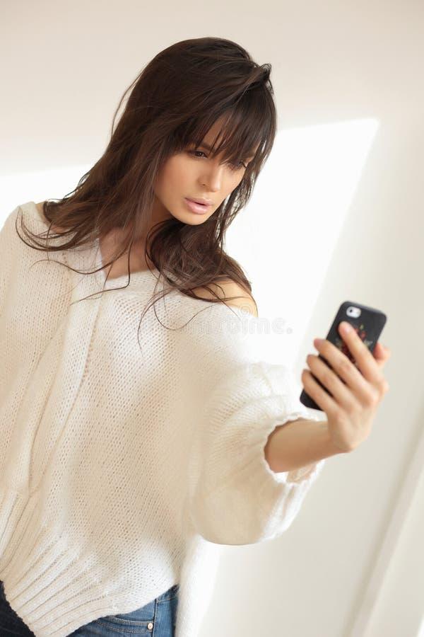 Ragazza che prende selfie con lo smartphone immagini stock