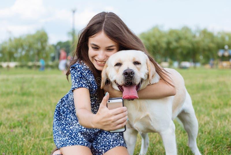 Ragazza che prende un selfie con il suo cane fotografie stock