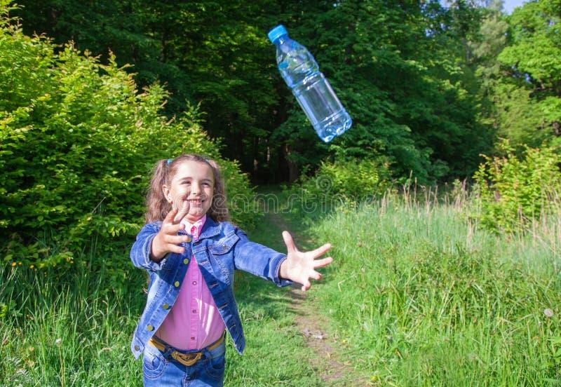 Ragazza che prende una bottiglia di plastica