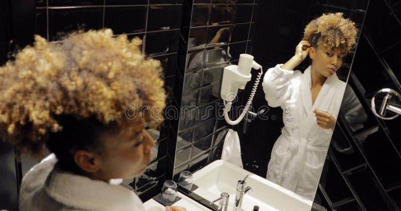Ragazza che prepara nel bagno dell'hotel fotografia stock