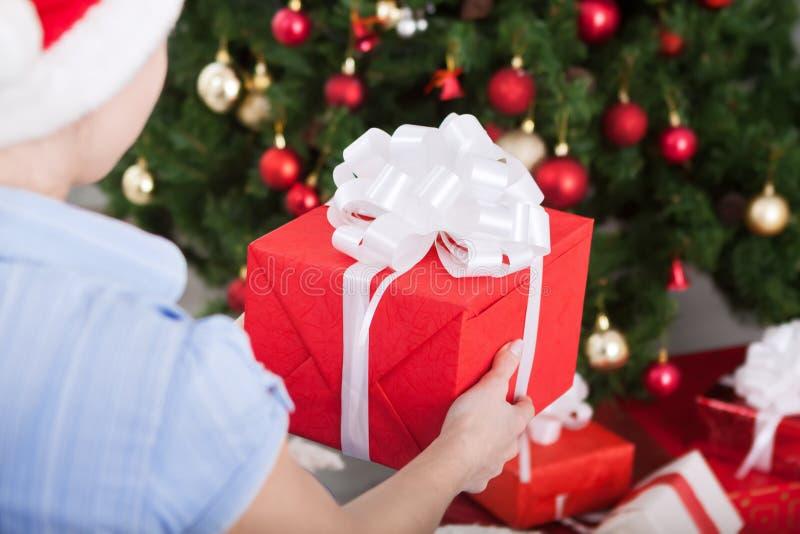 Ragazza che richiede regalo di Natale sotto l'albero di Natale immagini stock libere da diritti