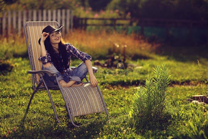 Ragazza che riposa su una chaise-lounge del sole fotografie stock libere da diritti