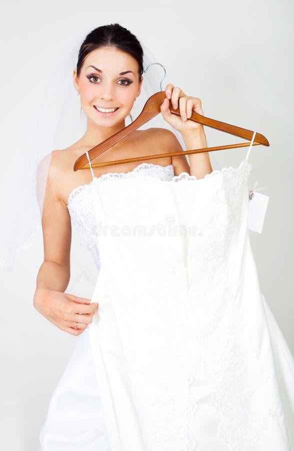 Ragazza che sceglie un vestito da cerimonia nuziale fotografie stock libere da diritti