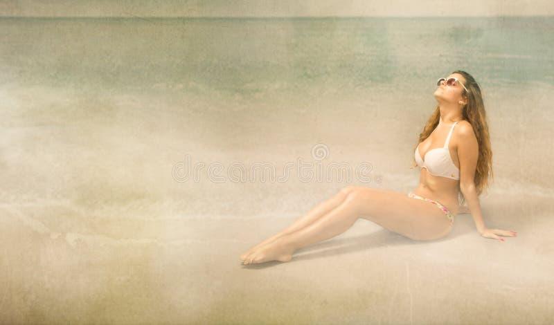 Download Ragazza Che Si Abbronza Sulla Spiaggia Fotografia Stock - Immagine di background, stagione: 56878028