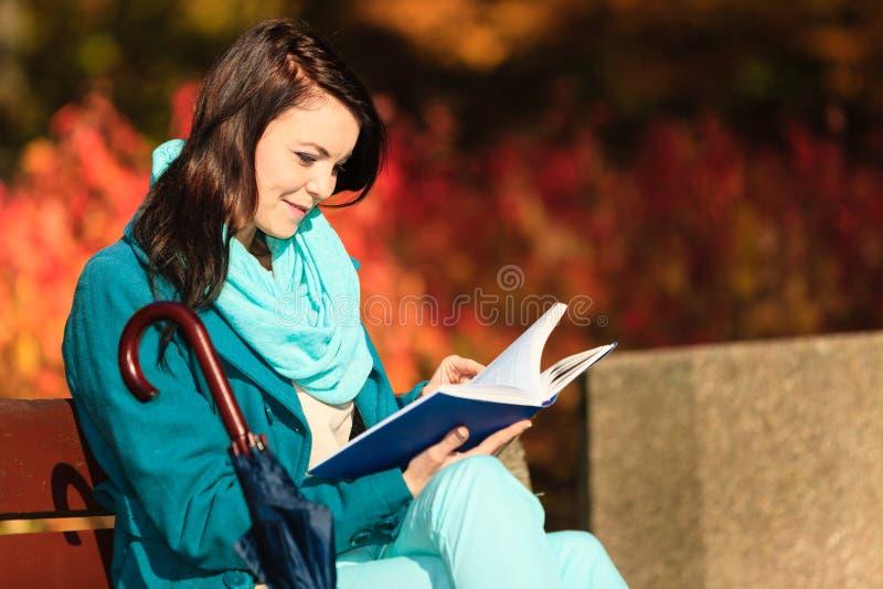 Ragazza che si rilassa in libro di lettura autunnale del parco Caduta fotografie stock libere da diritti