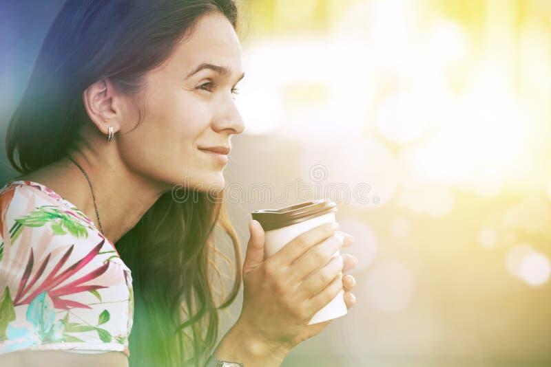ragazza che si siede con il caffè di mattina fotografie stock libere da diritti