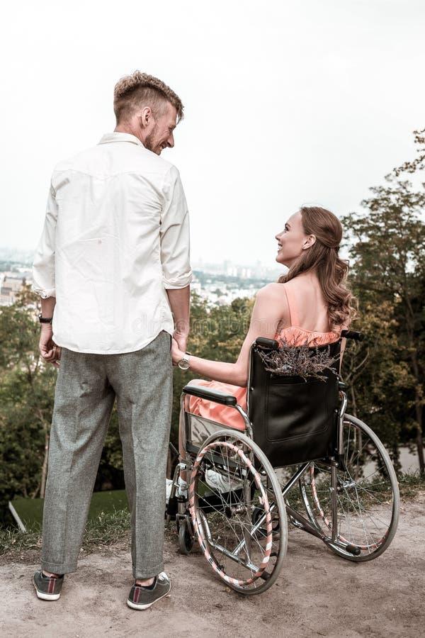 Datazione ragazzo in sedia a rotelle