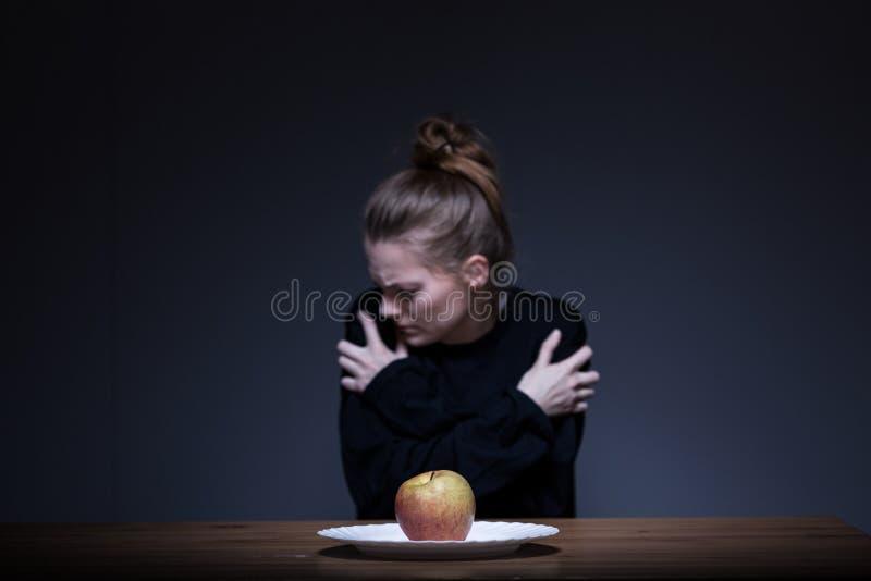 Ragazza che soffre dalle anoressie nervose fotografie stock libere da diritti