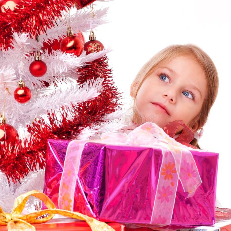 Ragazza che sogna dietro un albero di Natale bianco immagine stock
