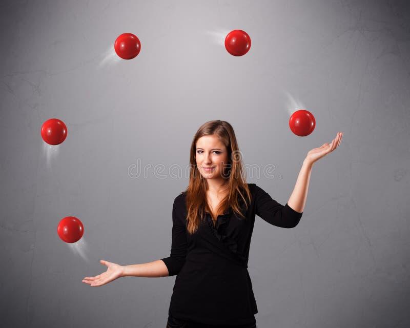 Ragazza che sta e che manipola con le palle rosse for Antifurto con le palle