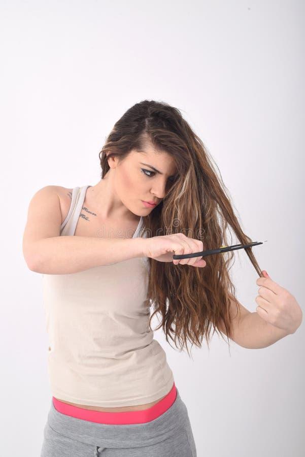 Ragazza che taglia i suoi capelli fotografie stock