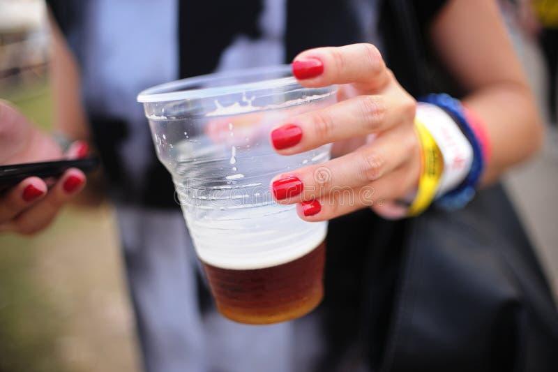 Ragazza che tiene birra drafed fresca fotografie stock