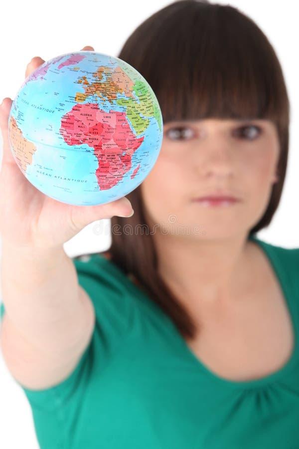 Ragazza che tiene globo miniatura fotografie stock libere da diritti