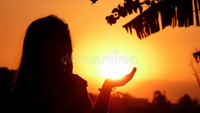 Ragazza che tiene il Sun fotografia stock libera da diritti