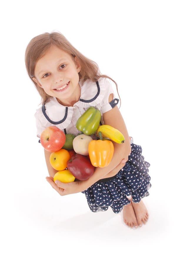 Ragazza che tiene la frutta fresca fotografie stock libere da diritti