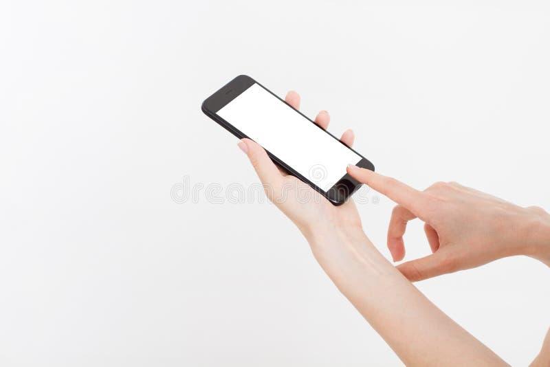 Ragazza che tiene telefono nero Cellulare isolato sul percorso di ritaglio bianco dentro Vista superiore Derisione su Copi lo spa fotografie stock