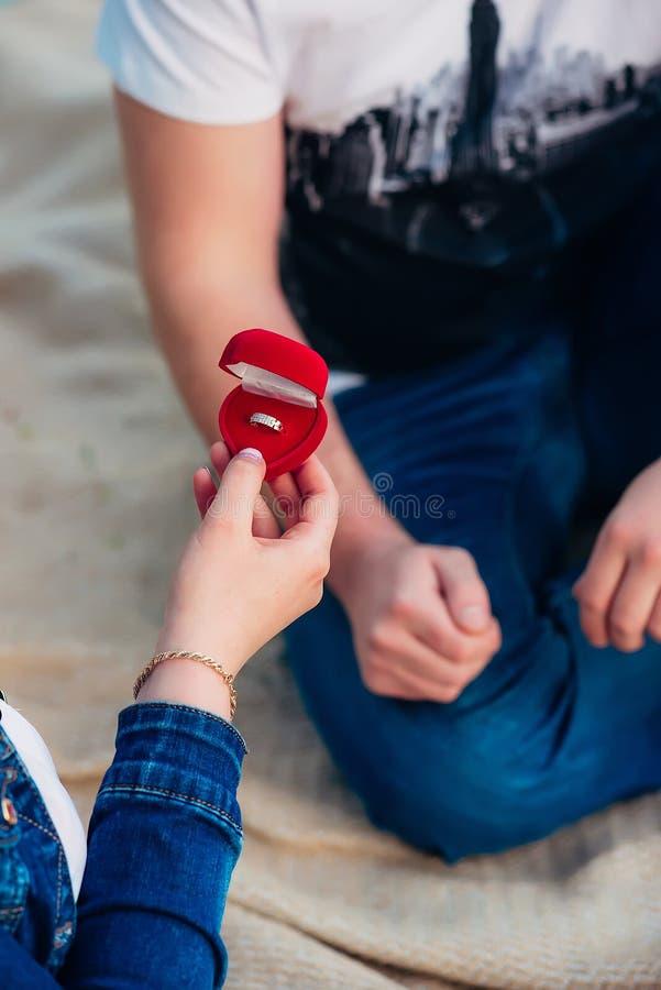 Ragazza che tiene un contenitore di fede nuziale appena fotografia stock libera da diritti