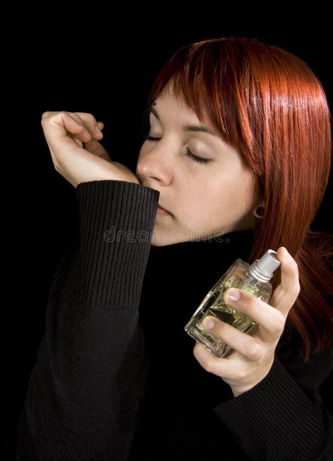 Ragazza che usando parfume immagine stock