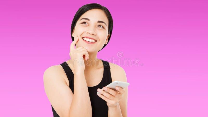 Ragazza cinese castana moderna su fondo rosa, donna coreana felice fotografia stock