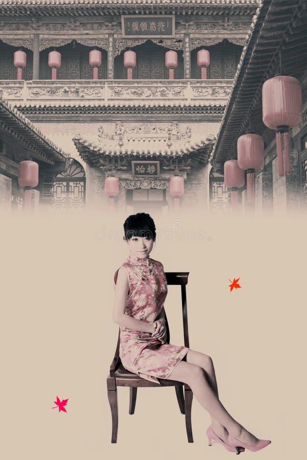 Ragazza cinese nel cortile immagine stock