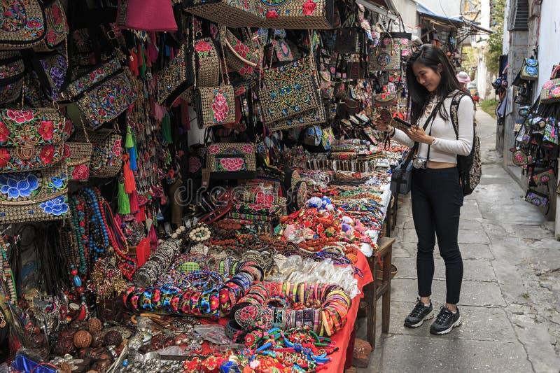 Ragazza cinese in un mercato locale in Xizhou vicino a Dali Old Town nel Yunnan fotografia stock libera da diritti