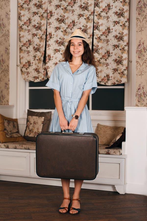 Ragazza con bagaglio che aspetta un viaggio fotografie stock