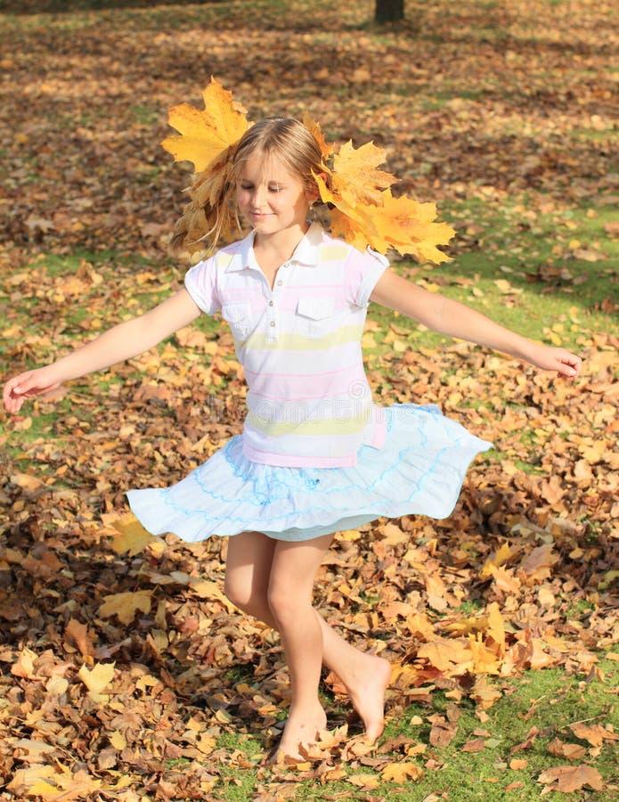 Ragazza con ballare delle foglie di acero immagine stock libera da diritti